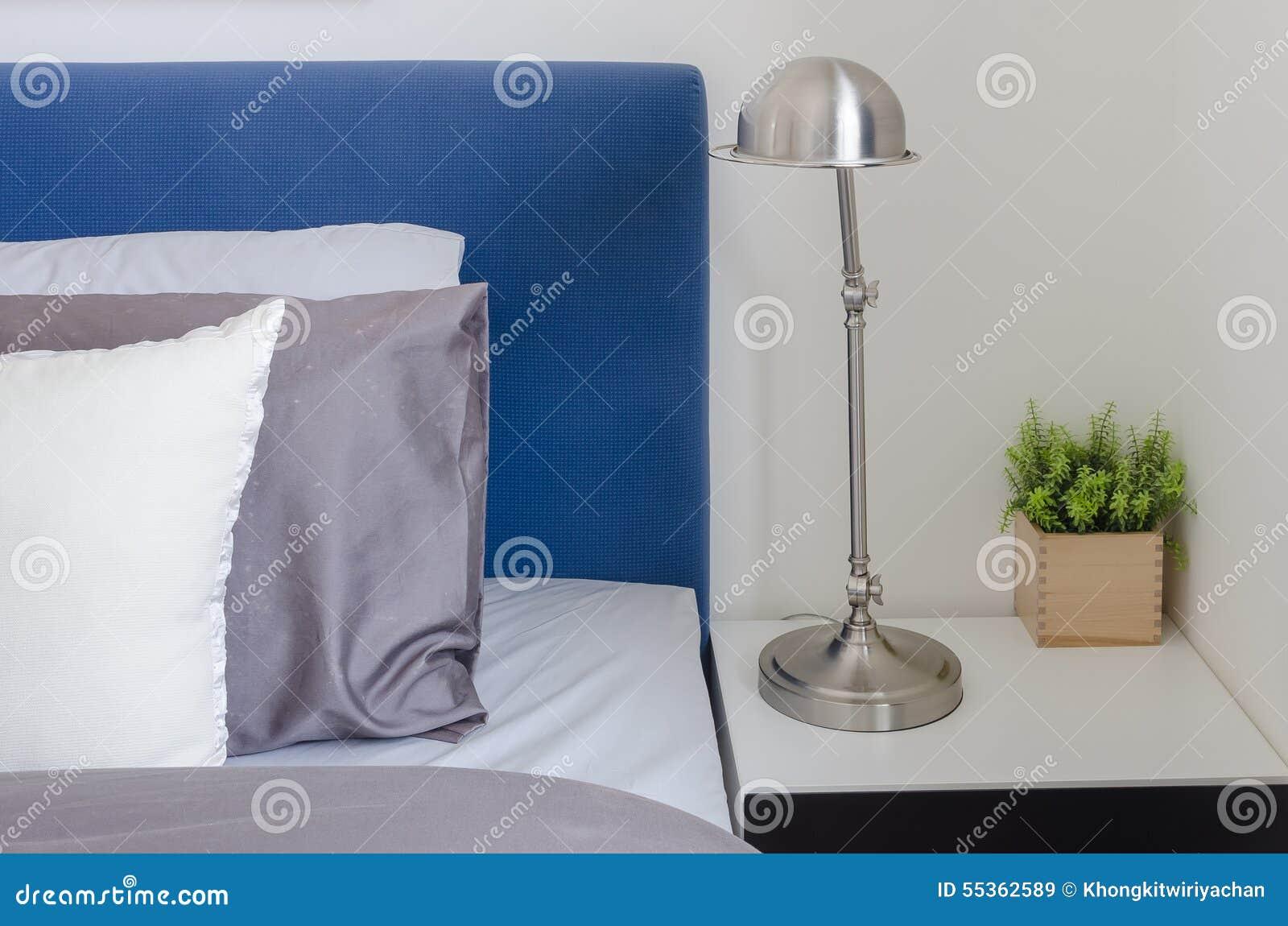 Lampada moderna sulla tavola bianca in camera da letto