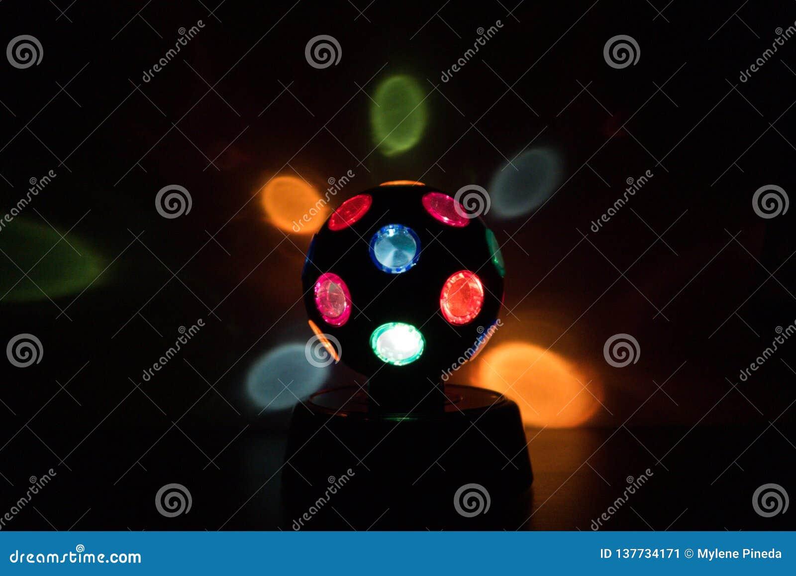 Lampada multicolore della Discoteca-palla in un fondo nero