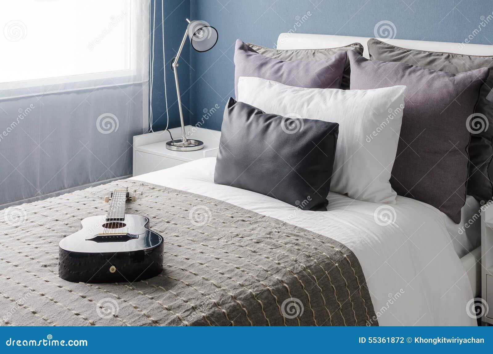 Lampada nera moderna sulla tavola bianca in camera da letto