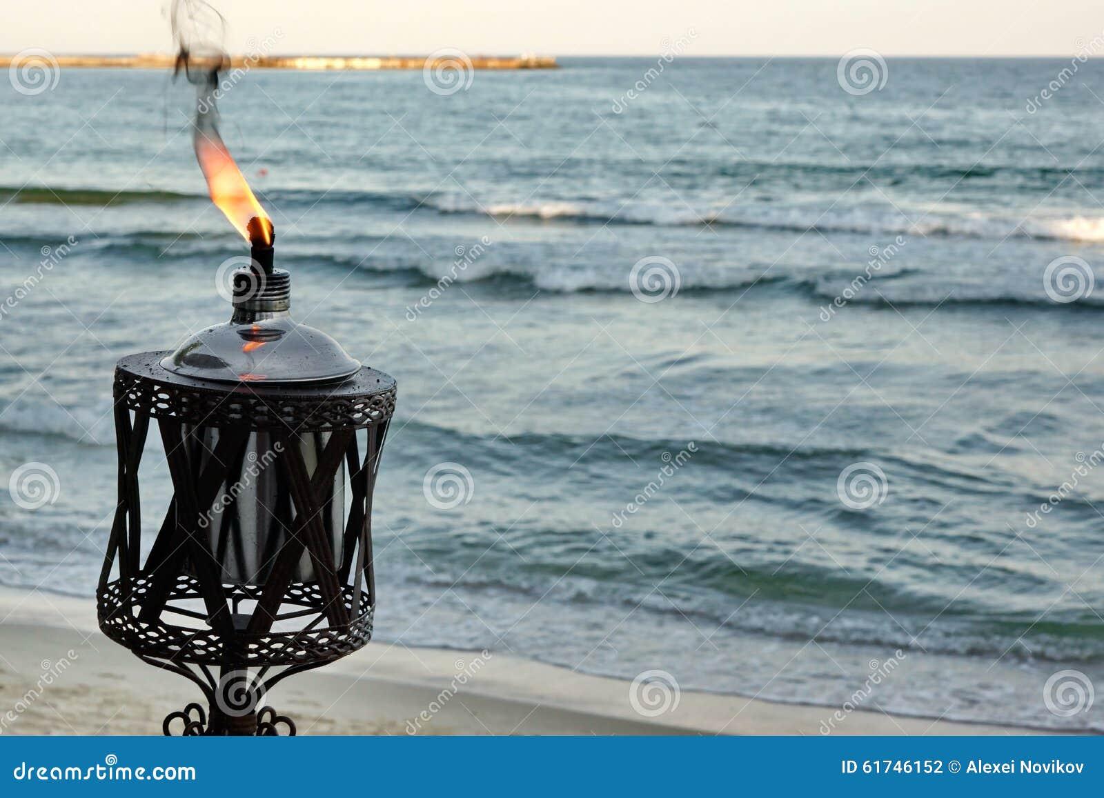 Lampade A Sospensione Allaperto : Lampada a olio all aperto che fiammeggia sulla riva di mare