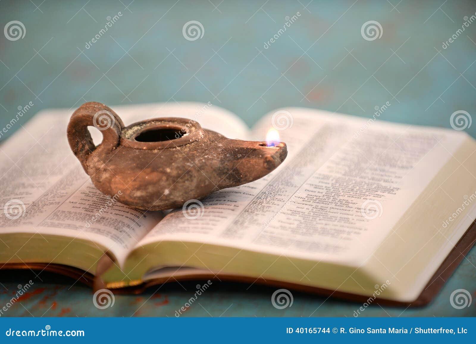 Lampada A Olio Antica Sulla Bibbia Aperta Fotografia Stock - Immagine: 40165744