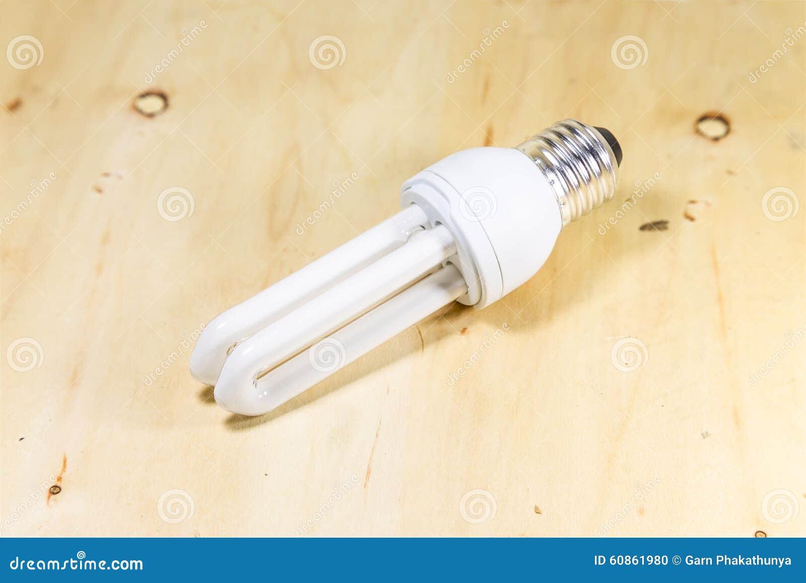Lampada Tubolare Fluorescente : Lampada tubolare fluorescente standard isolata su fondo di legno