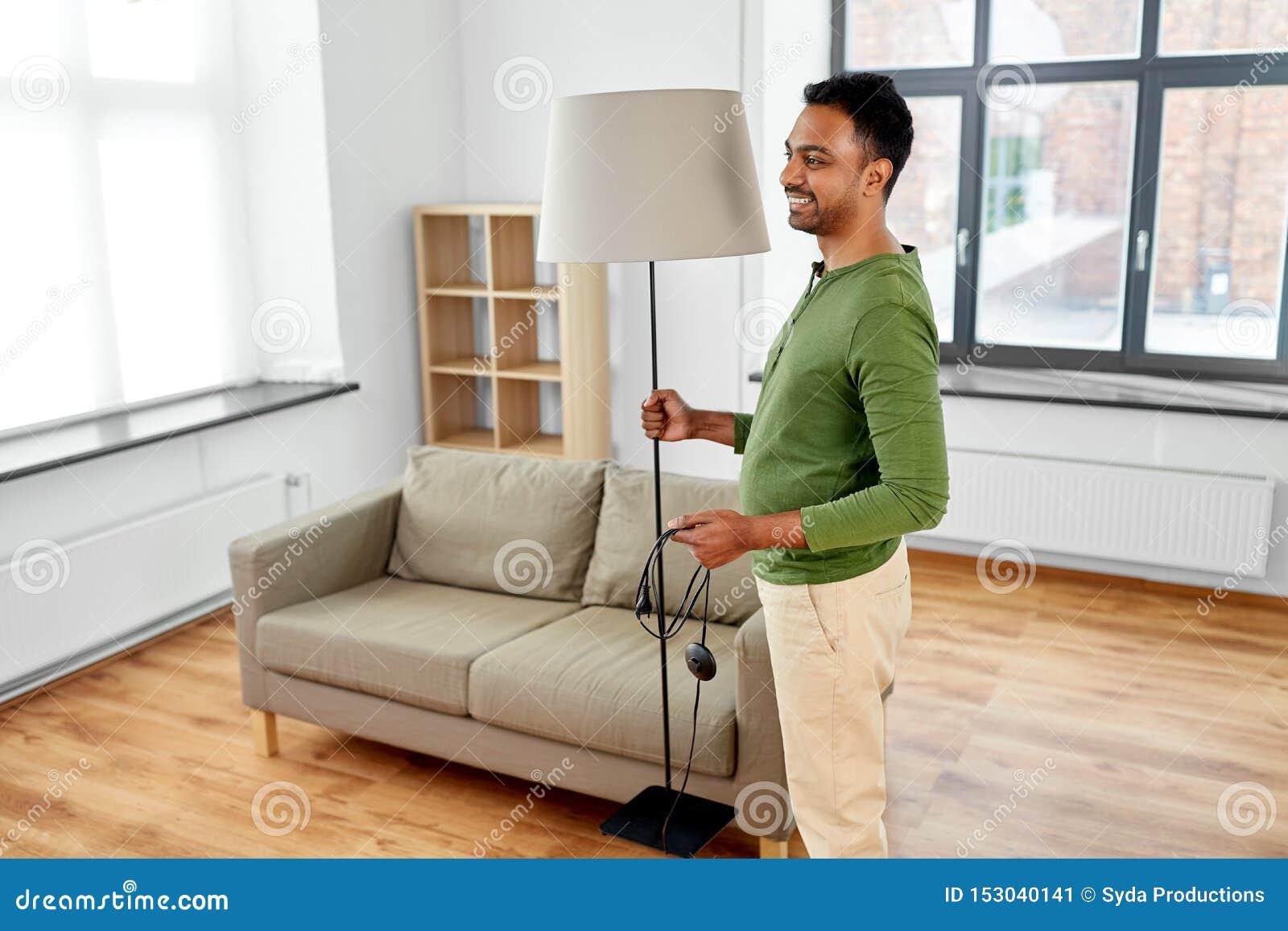 Vivre En Appartement Ou En Maison lampadaire indien heureux de participation d'homme ? la