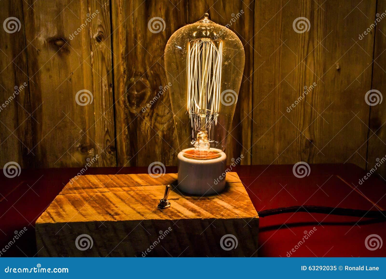 Lampade Antiche Con Edison Light Bulbs Fotografia Stock - Immagine: 63292035