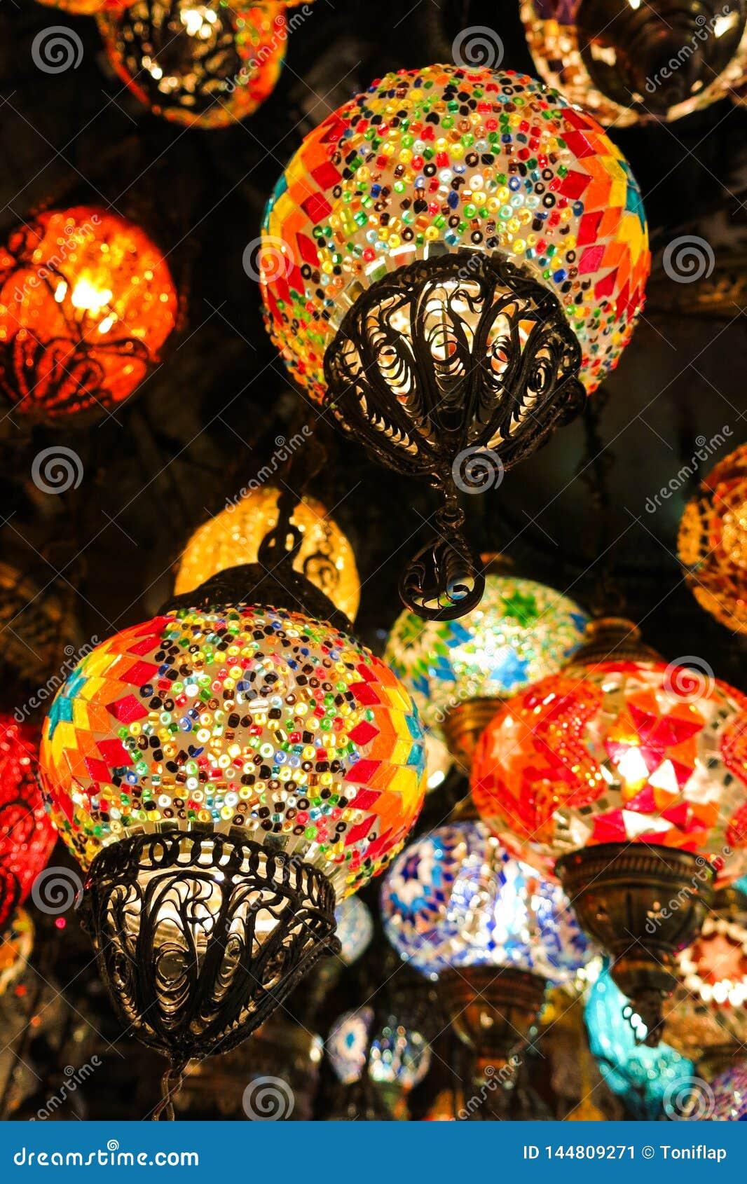 Lampade a cristallo da vendere sul grande bazar a Costantinopoli