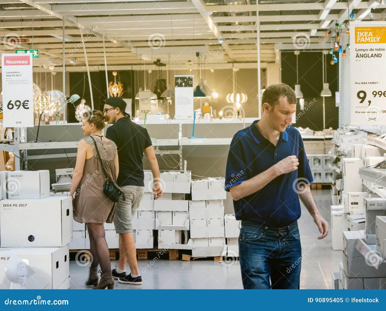 Lampade D'acquisto Delle Coppie Al Deposito Di IKEA Immagine