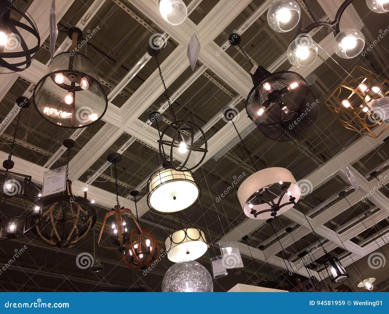Negozi Di Lampadari A Salerno lampade da vendere al negozio di mobili immagine stock
