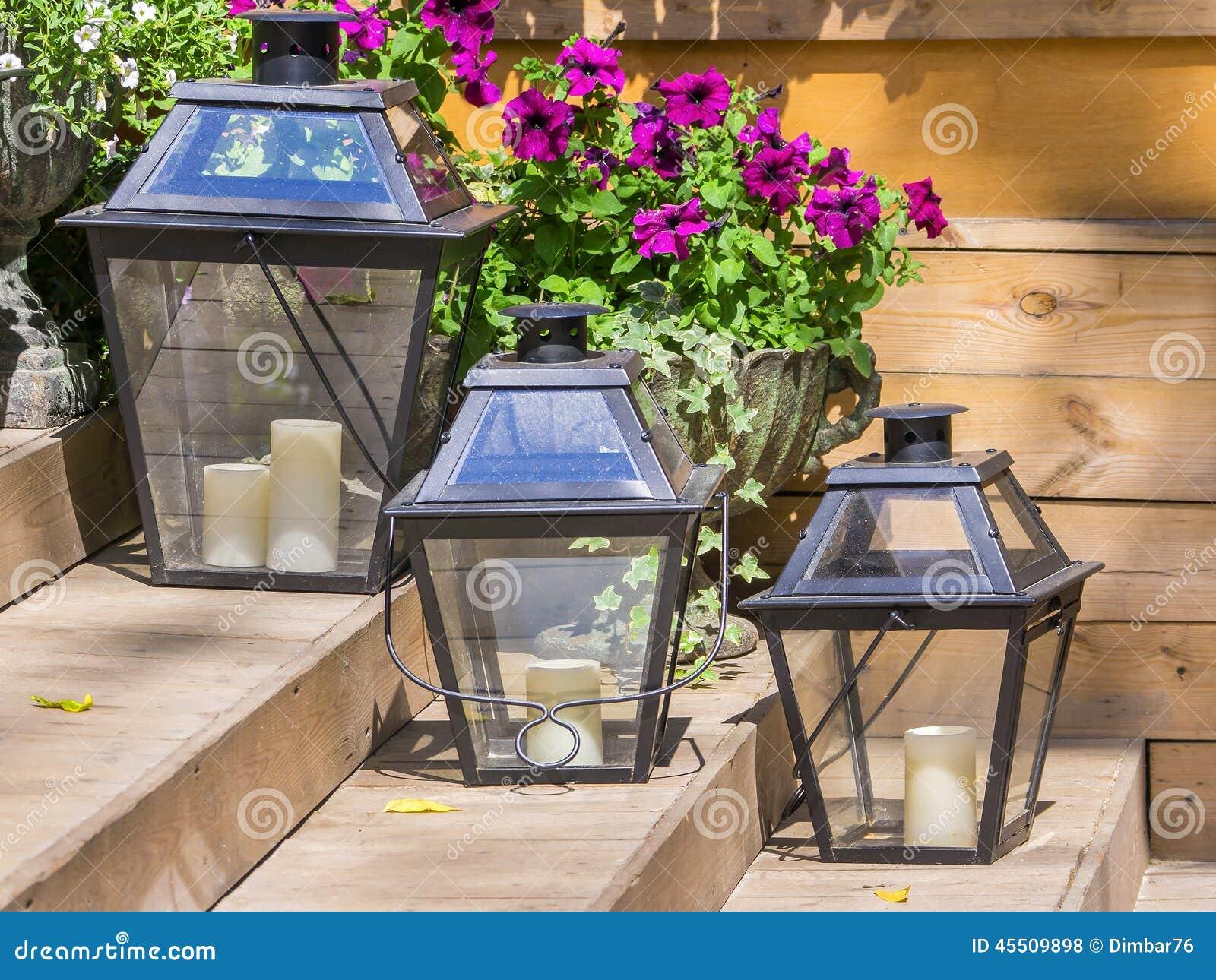 Lampade del ferro per le candele e le petunie dei fiori fotografia