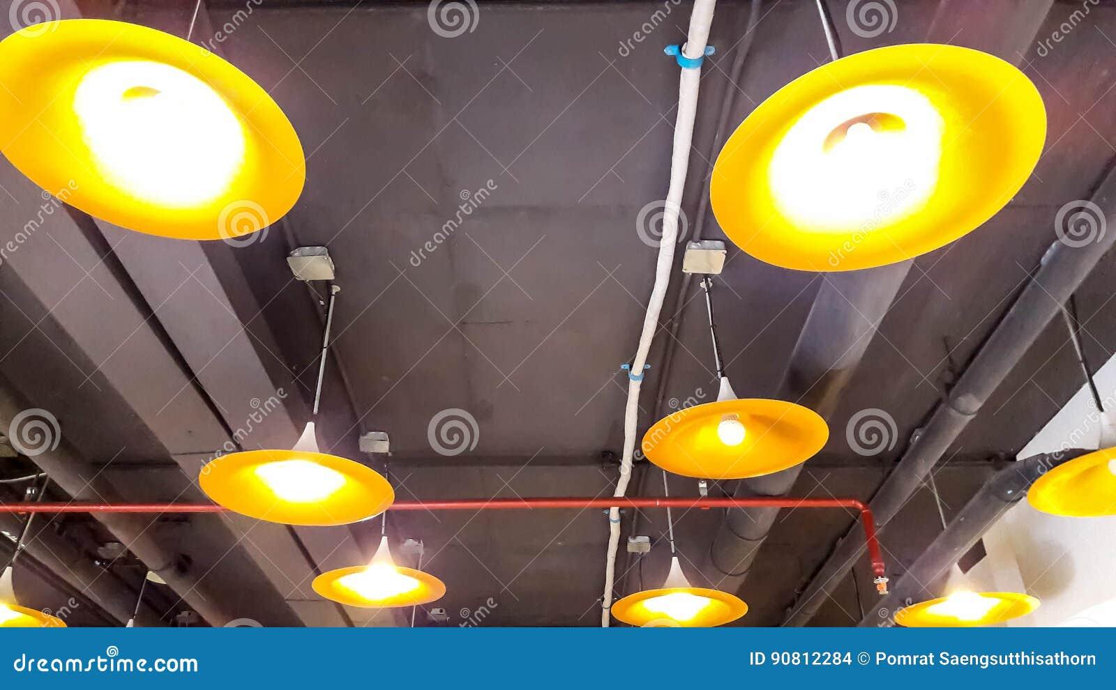 Lampade Attaccate Al Soffitto lampade di illuminazione con il soffitto nero fotografia