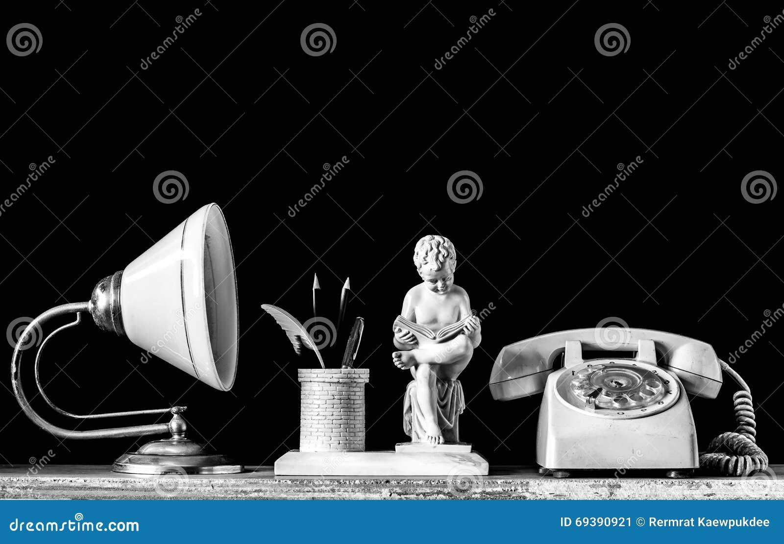 Lampade e vecchio telefono su un di legno