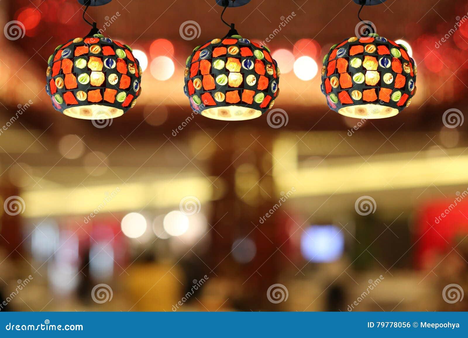 Lampade moderne del soffitto di illuminazione calda nel caffè