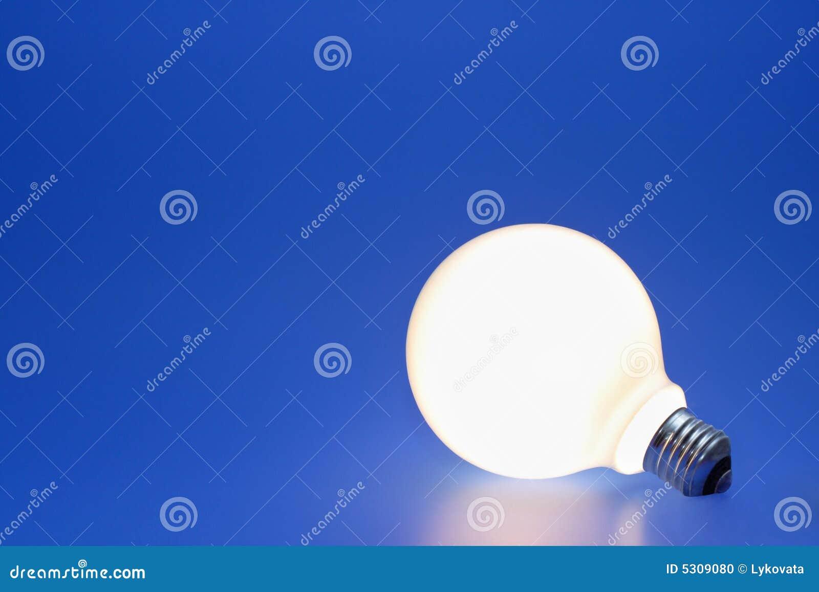 Download Lampadina su un azzurro fotografia stock. Immagine di oggetto - 5309080
