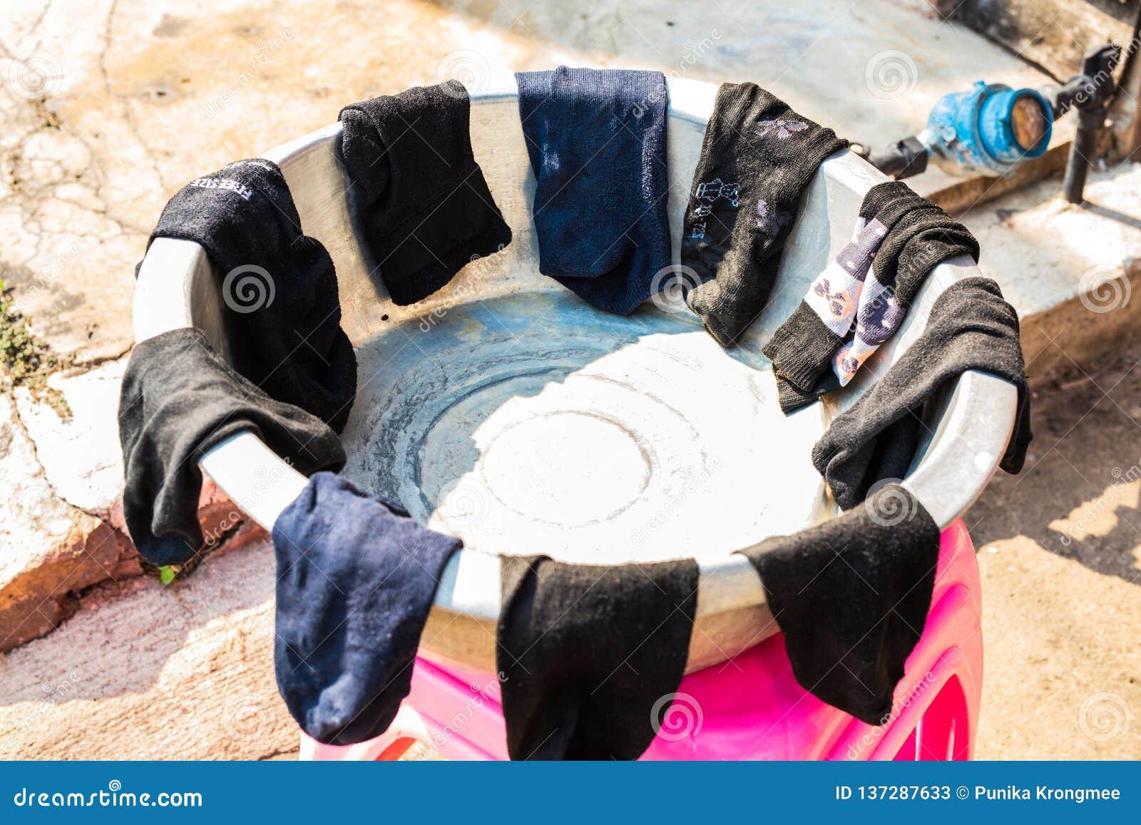 LAMPANG, ΤΑΪΛΑΝΔΗ - στις 11 Ιανουαρίου 2019: Κάλτσες πλυντηρίων υπαίθριες στις παλαιές δεξαμενές ανοξείδωτου των χωρικών, που τοπ