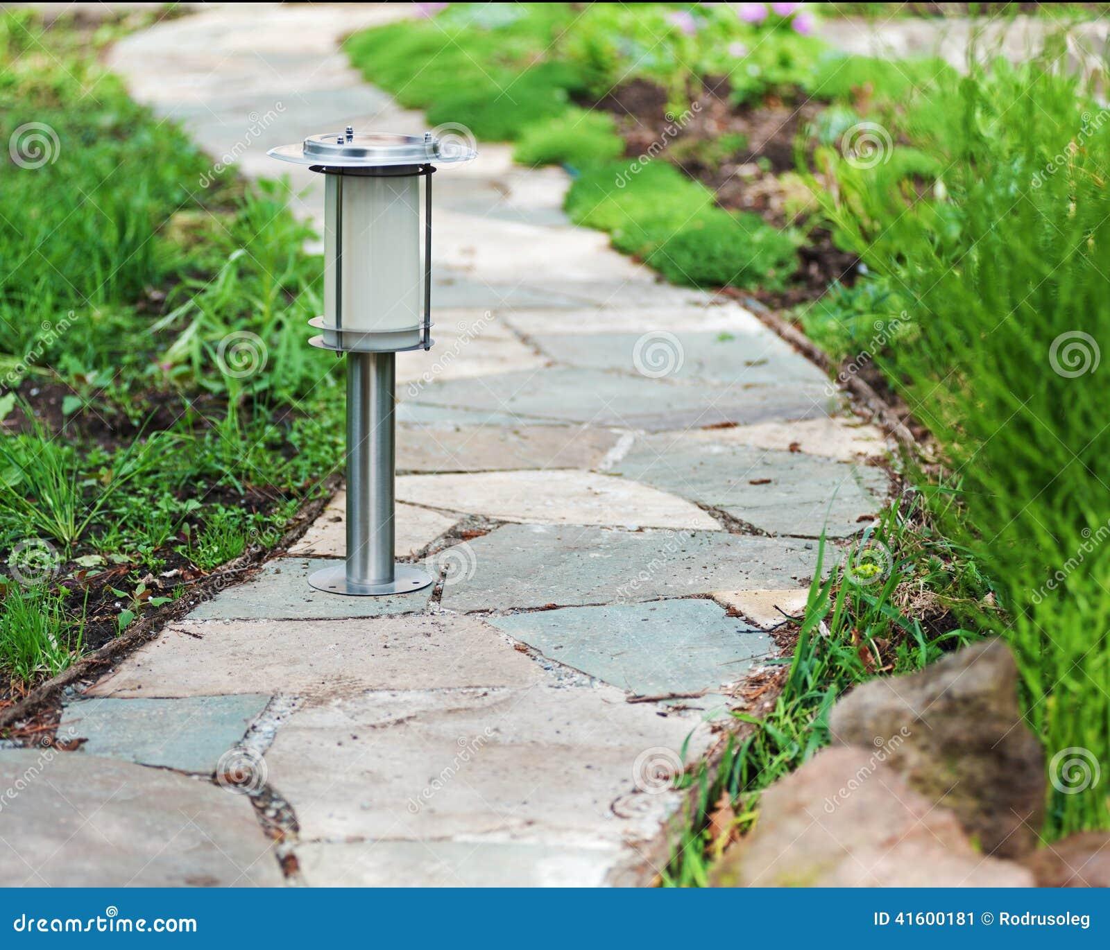 Lampe à énergie Solaire Sur Le Fond De Jardin Image stock - Image du ...