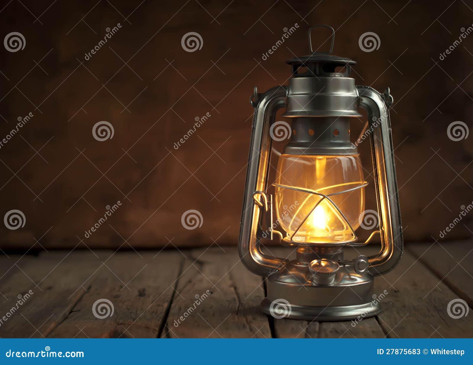 lampe p trole la nuit sur une surface en bois photos stock image 27875683. Black Bedroom Furniture Sets. Home Design Ideas