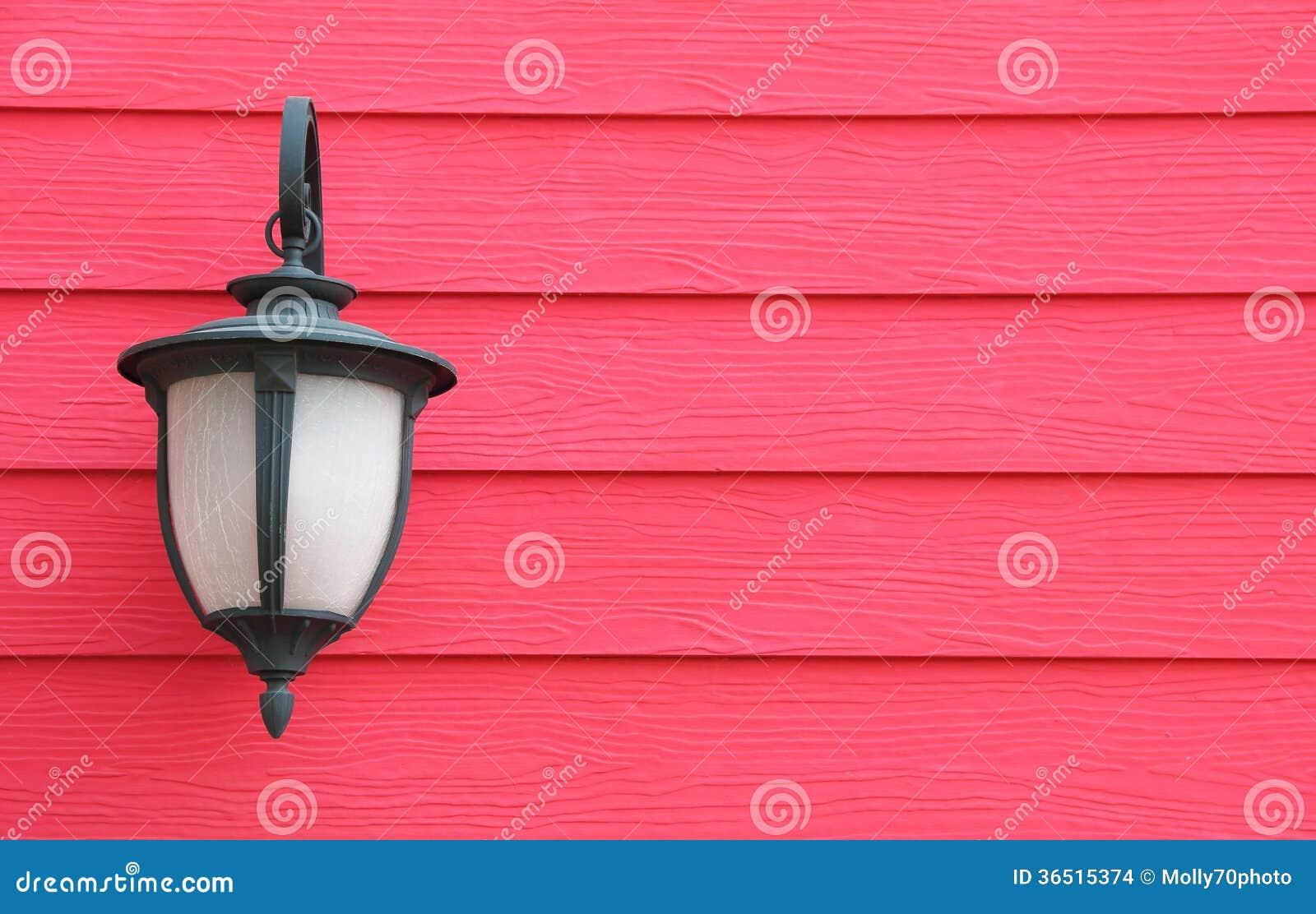 Lampe accrochant sur le mur en bois