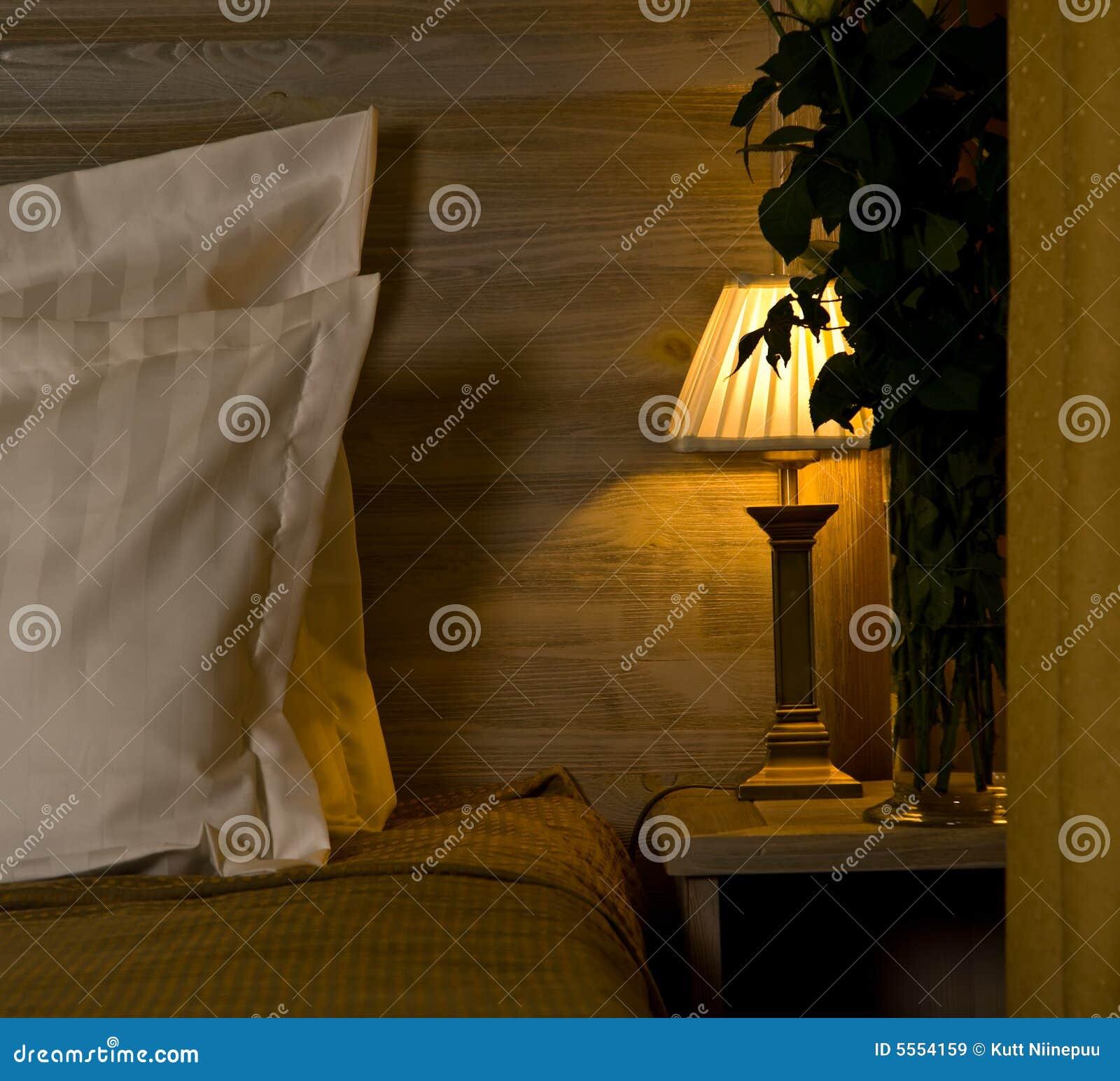 Lampe auf Schlafzimmer nightstand