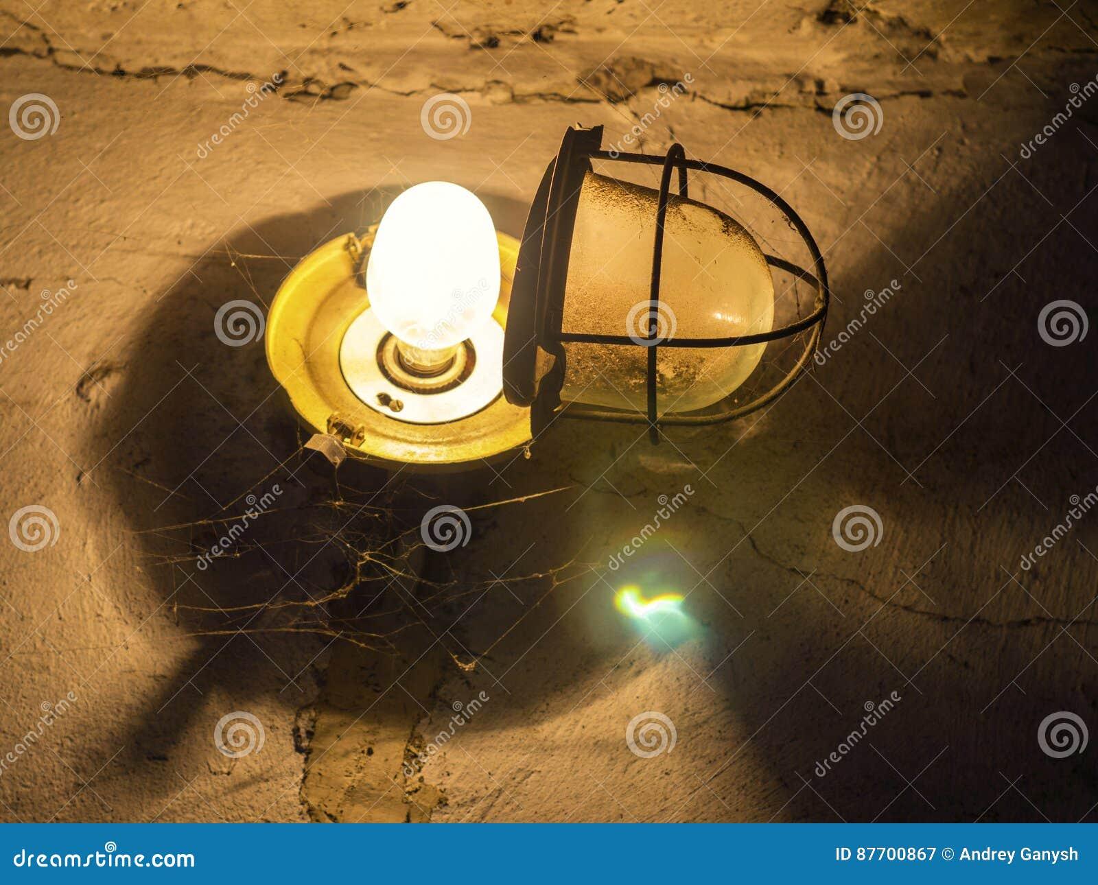 Lampe avec un auvent ouvert dans le garage