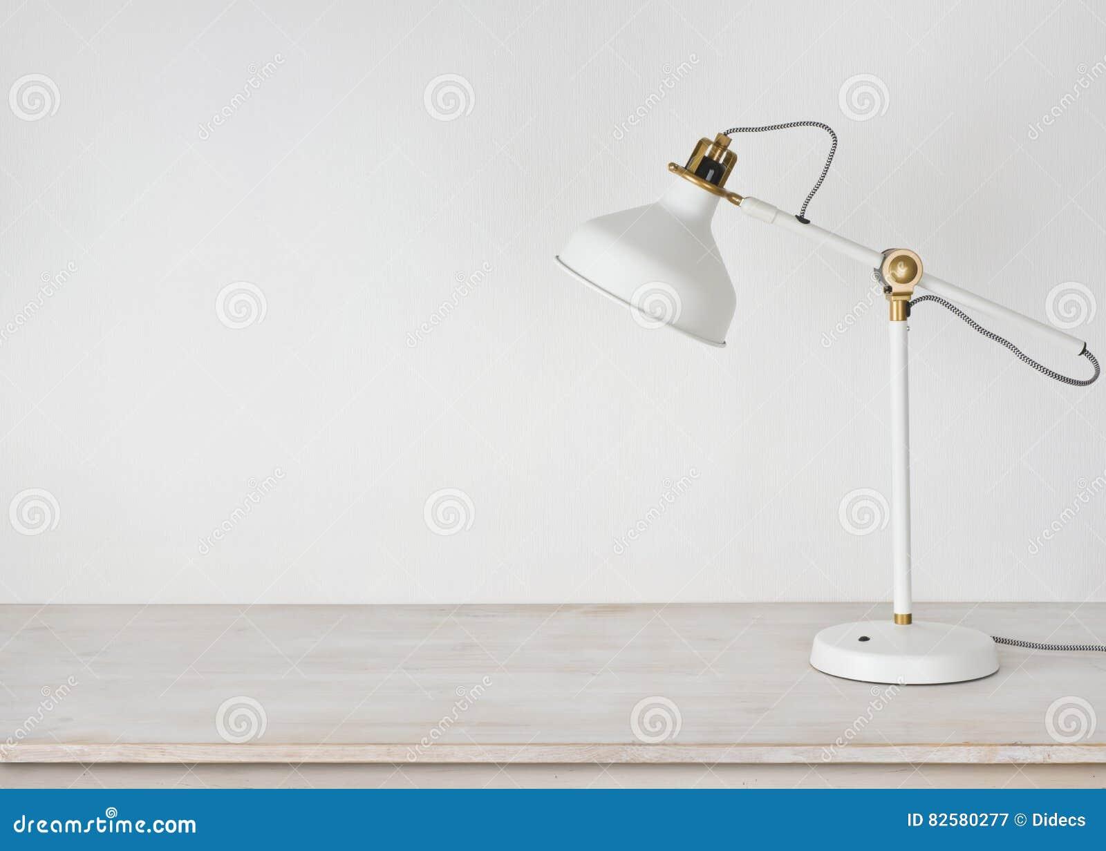 lampe blanche sur le bureau en bois dans la chambre avec l. Black Bedroom Furniture Sets. Home Design Ideas