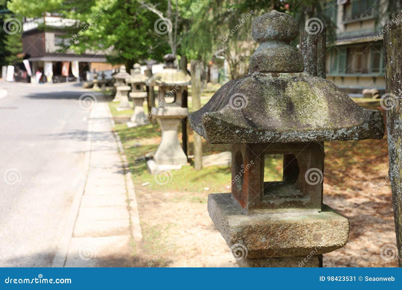 Lampe Bouddhiste En Pierre Dans Le Jardin Japonais Image Stock