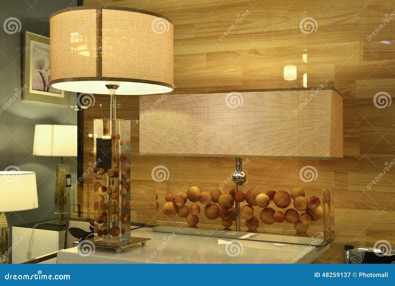 Lampe de bureau en cristal dans la fenêtre de boutique d éclairage éclairage d art