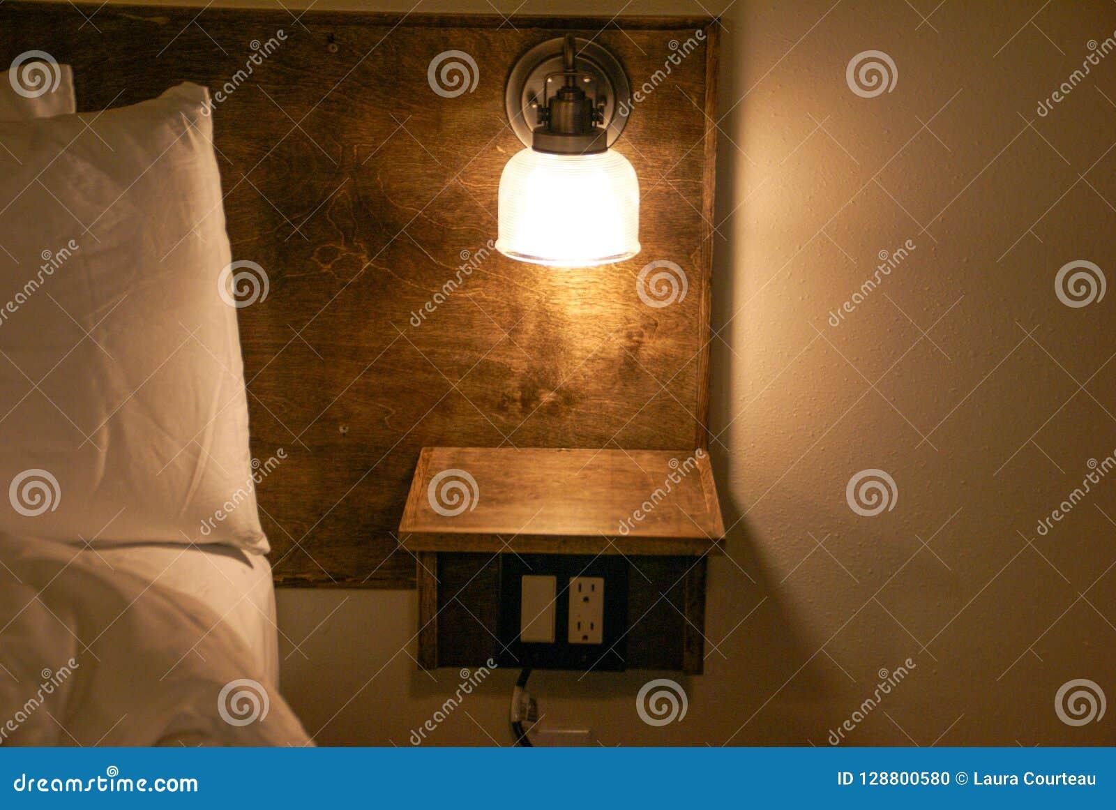 Lampe De Chevet Construite Dans Une Tete De Lit Avec Une Petite