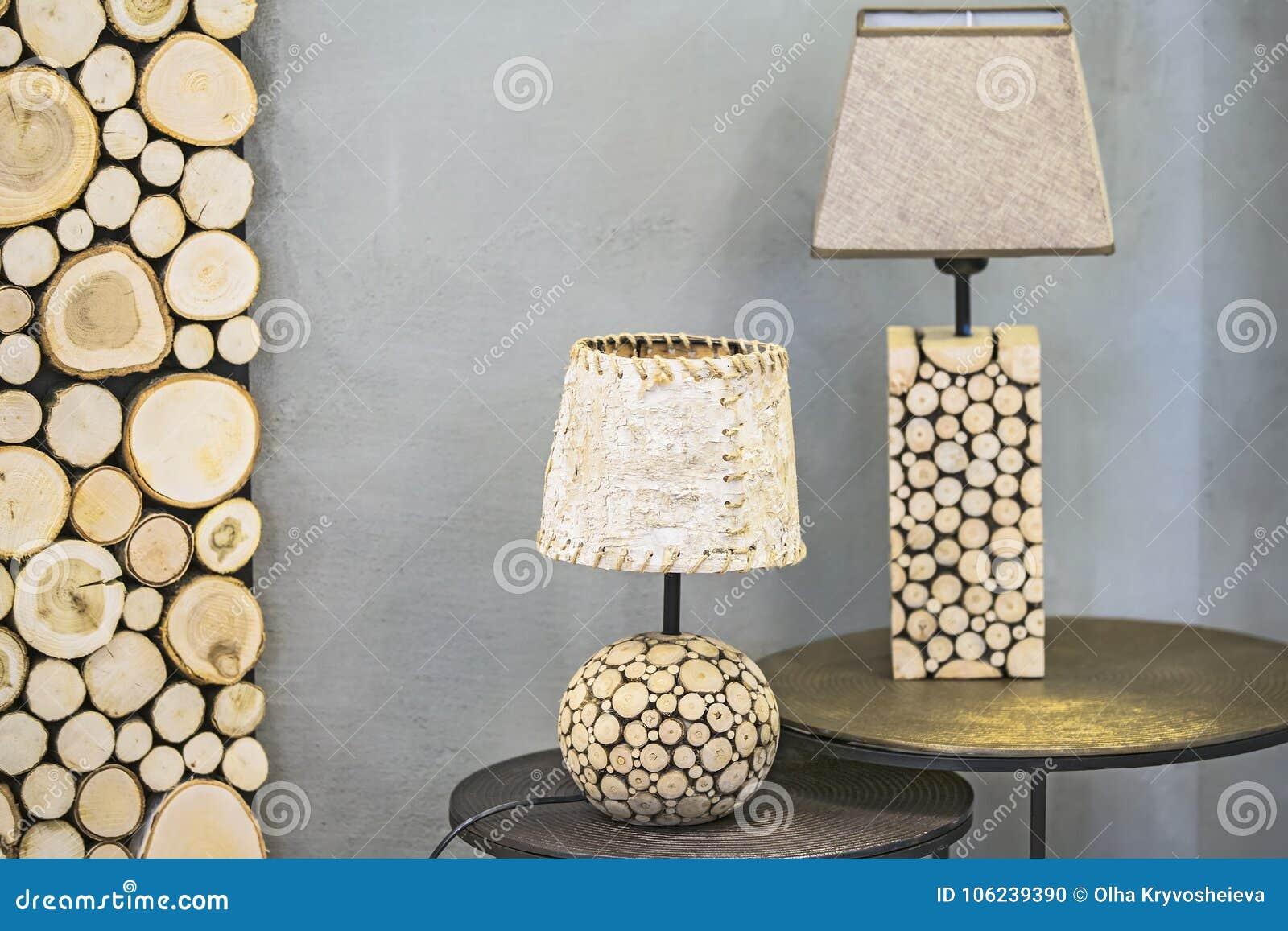 Lampe de table en bois, une lampe faite en sapin en bois et écorce de bouleau Lampe en bois originale moderne