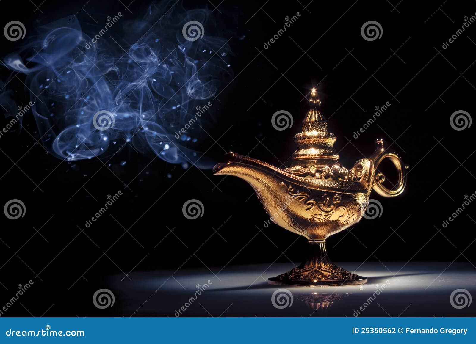 Lampe Du Genie D Aladdin Magique Sur Le Noir Avec De La Fumee Photo