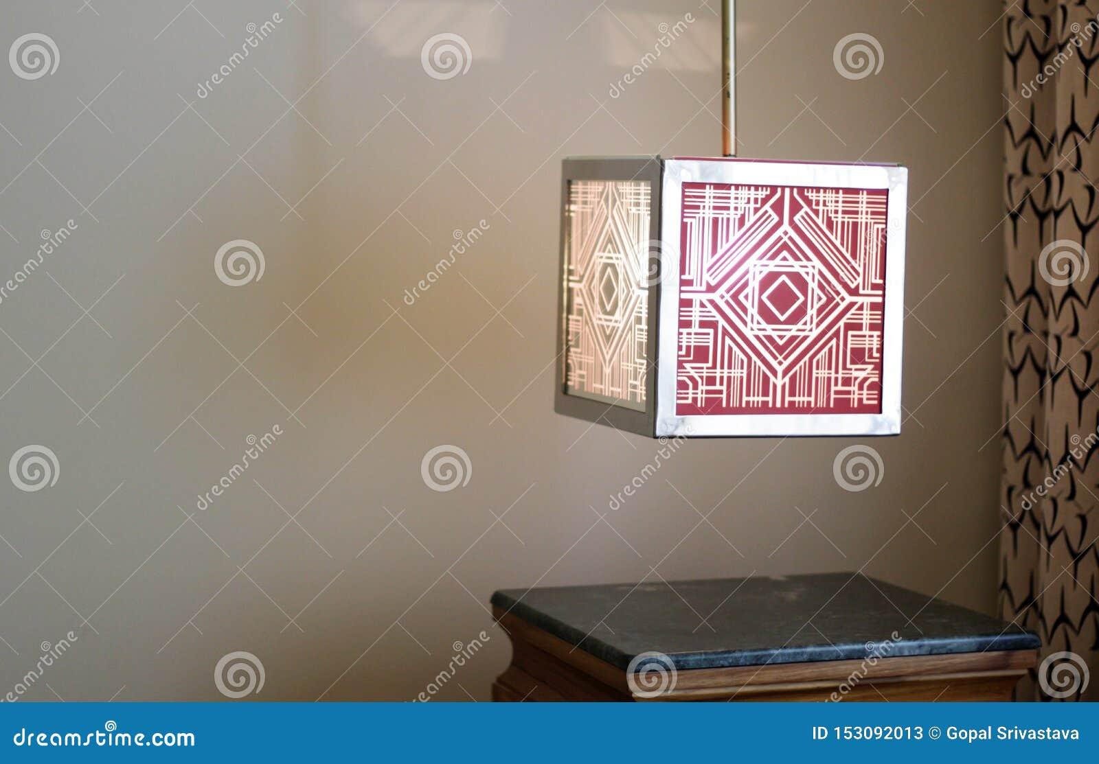 Lampe in einer Ecke des Hotelzimmers