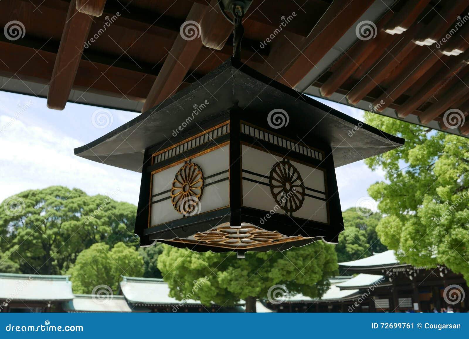Lampe En Bois De Temple Du Japon Avec Le Ciel Et L Arbre Vert Image