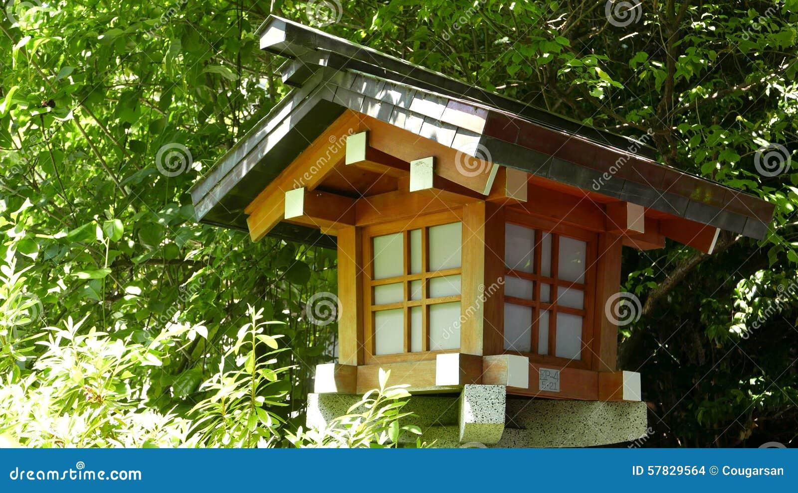 Lampe En Bois Traditionnelle Exterieure Dans Le Jardin De Zen Photo