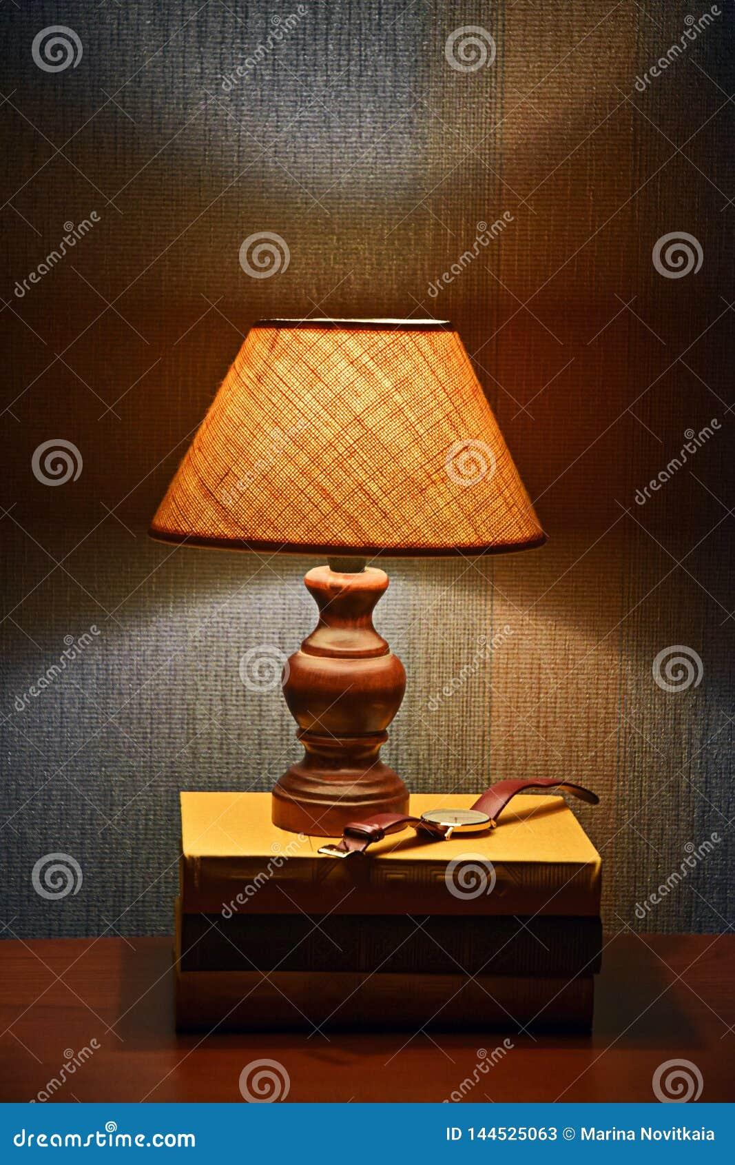 Lampe, livres et montres de lecture