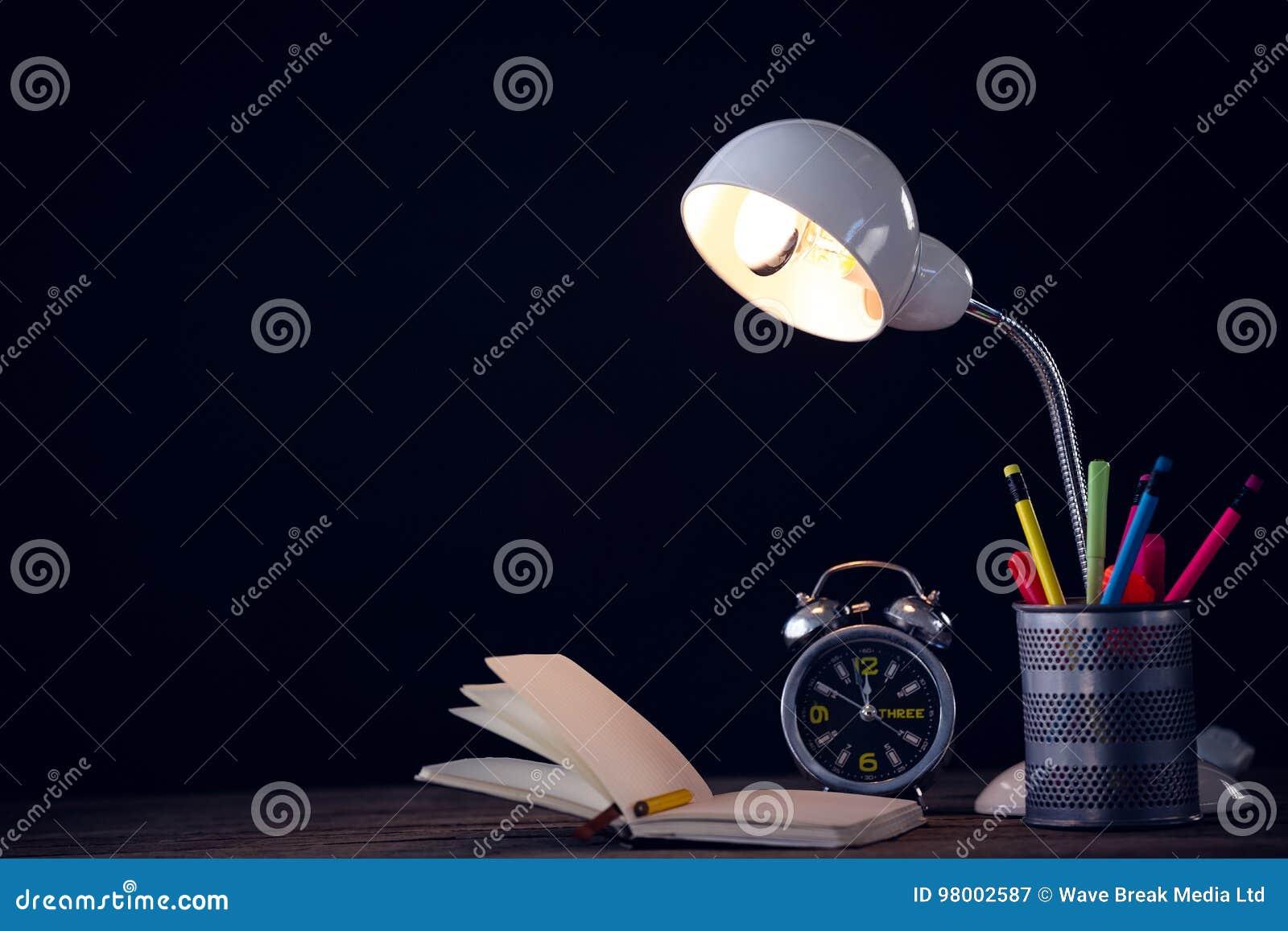 Lampe lumineuse avec l organisateur de bureau par le réveil et le