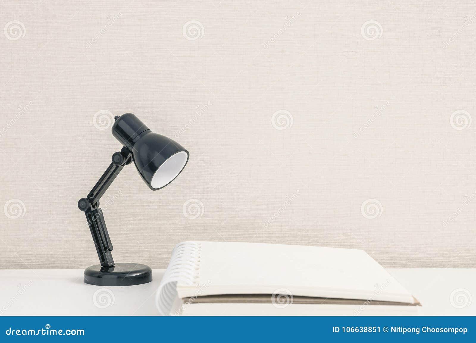 Lampe de bureau scandinave tongariro blanche en métal et bois