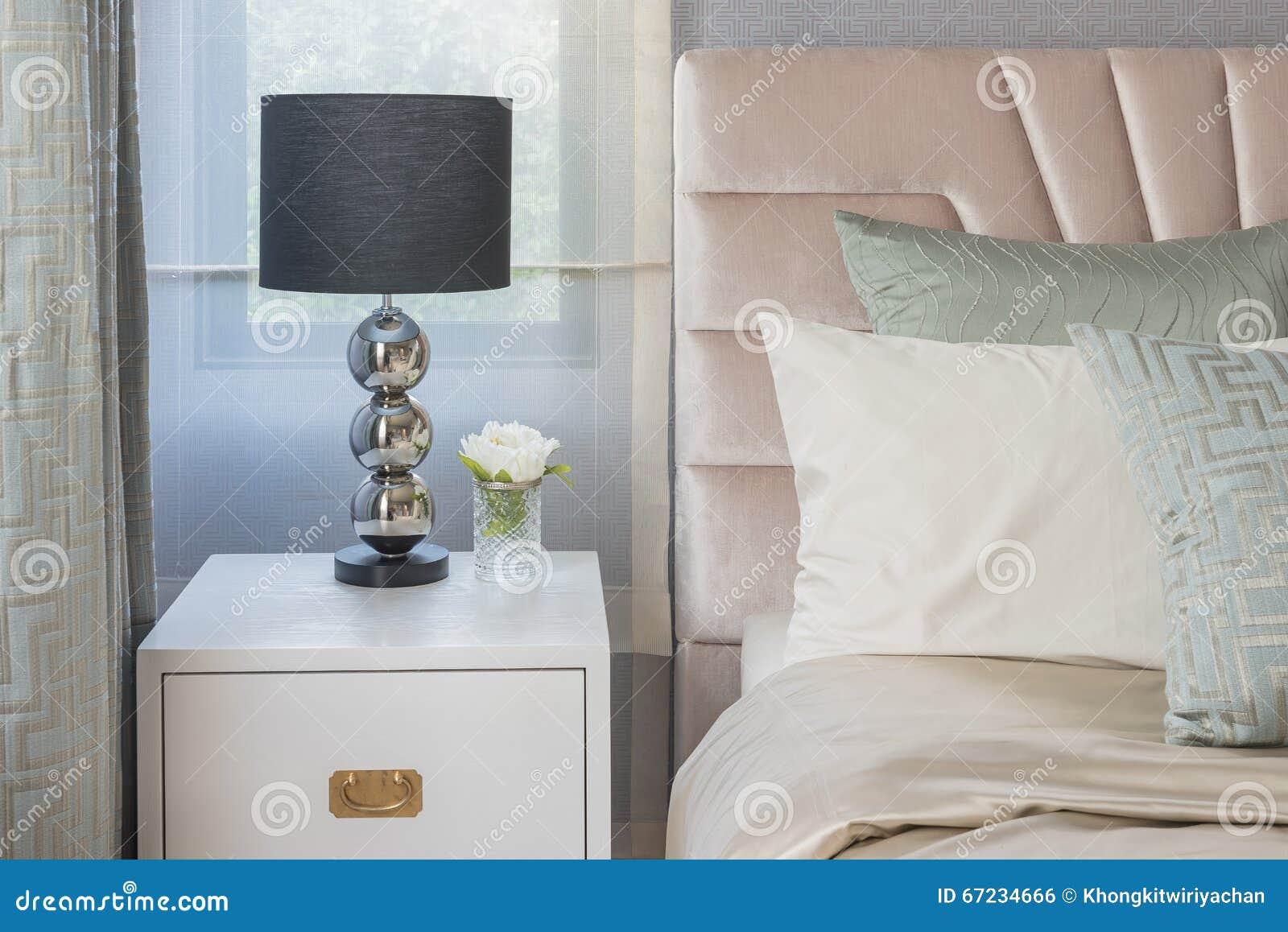 Lampe noire du côté en bois blanc de table dans la chambre à ...