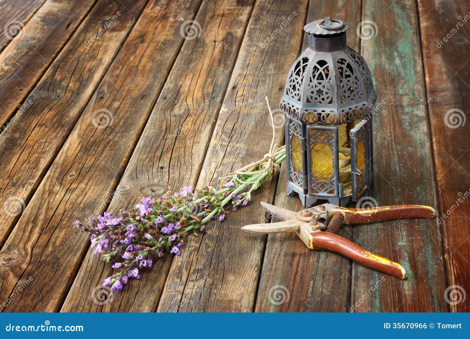 lampe orientale de vintage usine sage et ciseaux de jardin sur la table en bois concept. Black Bedroom Furniture Sets. Home Design Ideas