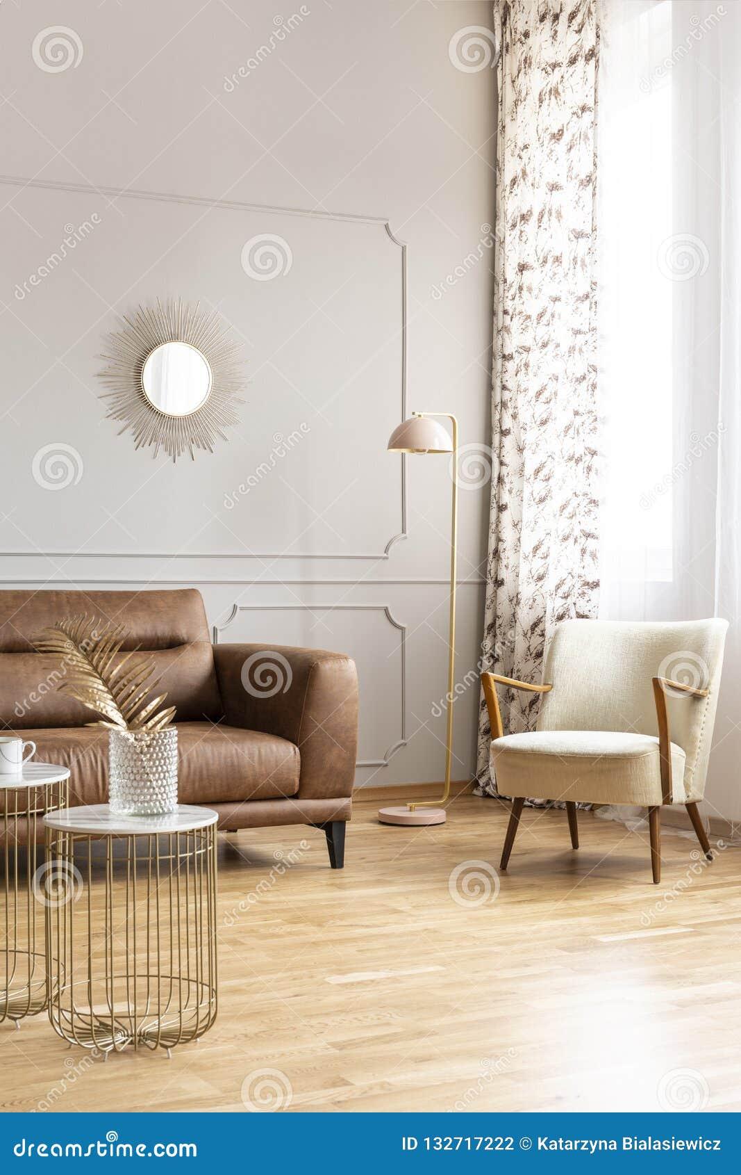 Lampe placée dans le coin de l intérieur lumineux de salon avec le miroir décoratif sur le mur avec le bâti, fenêtre avec