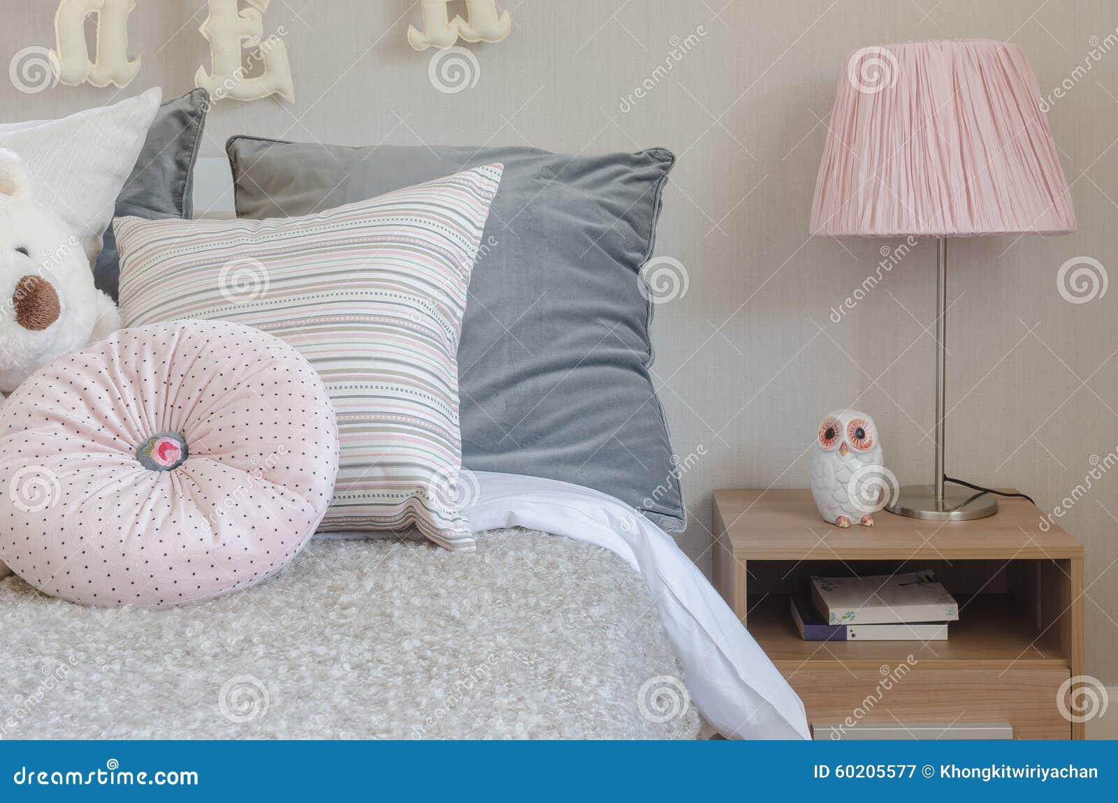 Lampe Rose De Couleur Sur La Table Latérale En Bois Dans La Chambre à  Coucher De Lu0027enfant
