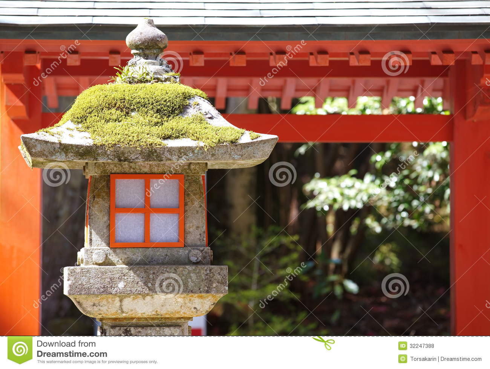 Lampe Rouge Dans Le Jardin Japonais Photo Stock Image Du Couleur