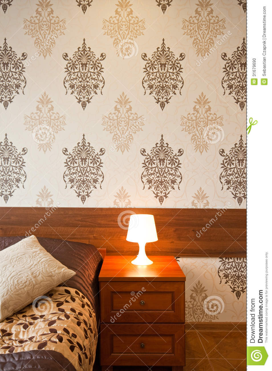Lampe sur la table de chevet photo stock image 31679690 - Lampe table de nuit ...