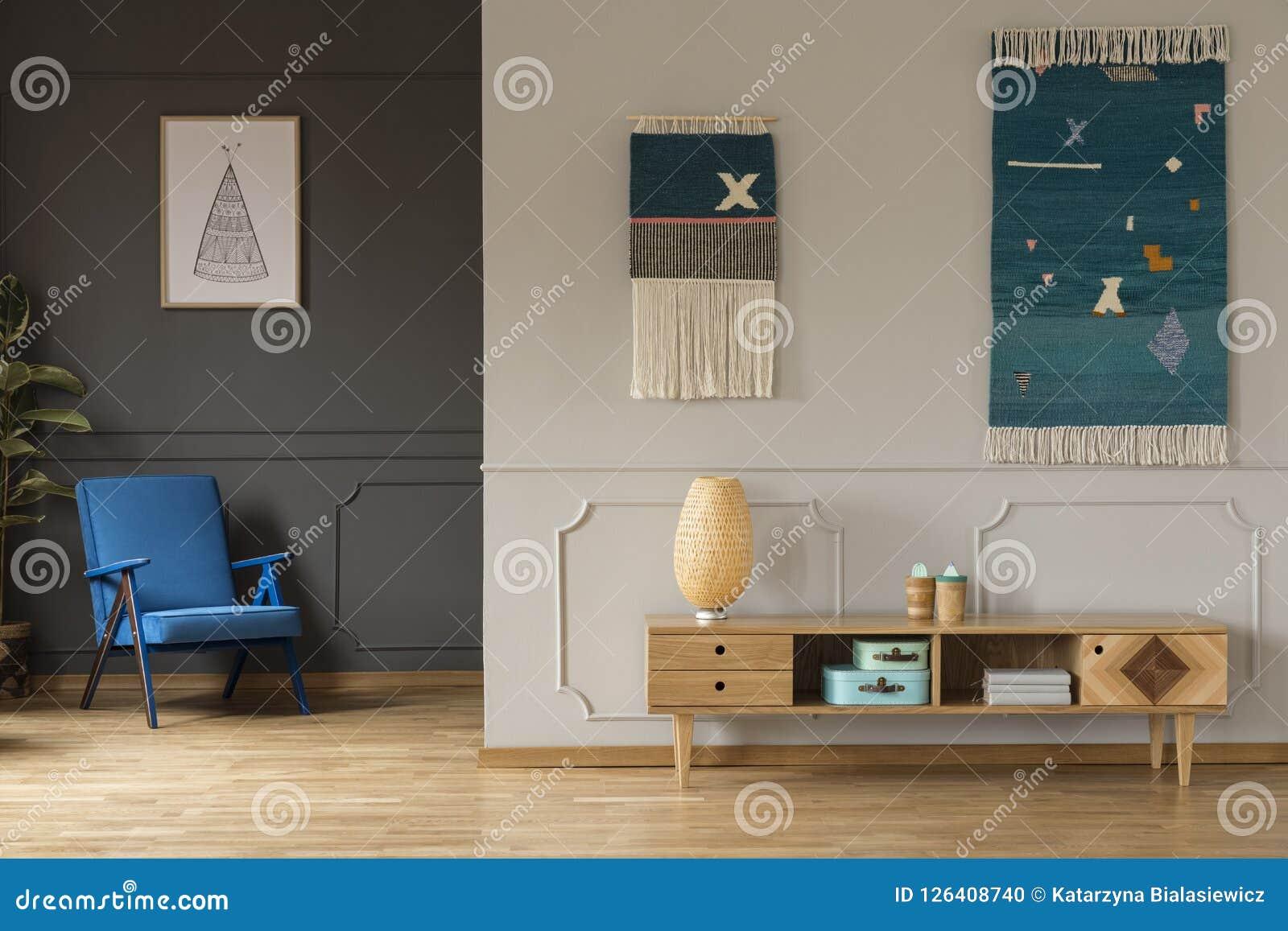 Lampe Sur Le Placard En Bois Dans L Intérieur De Salon Avec L Armcha Bleu