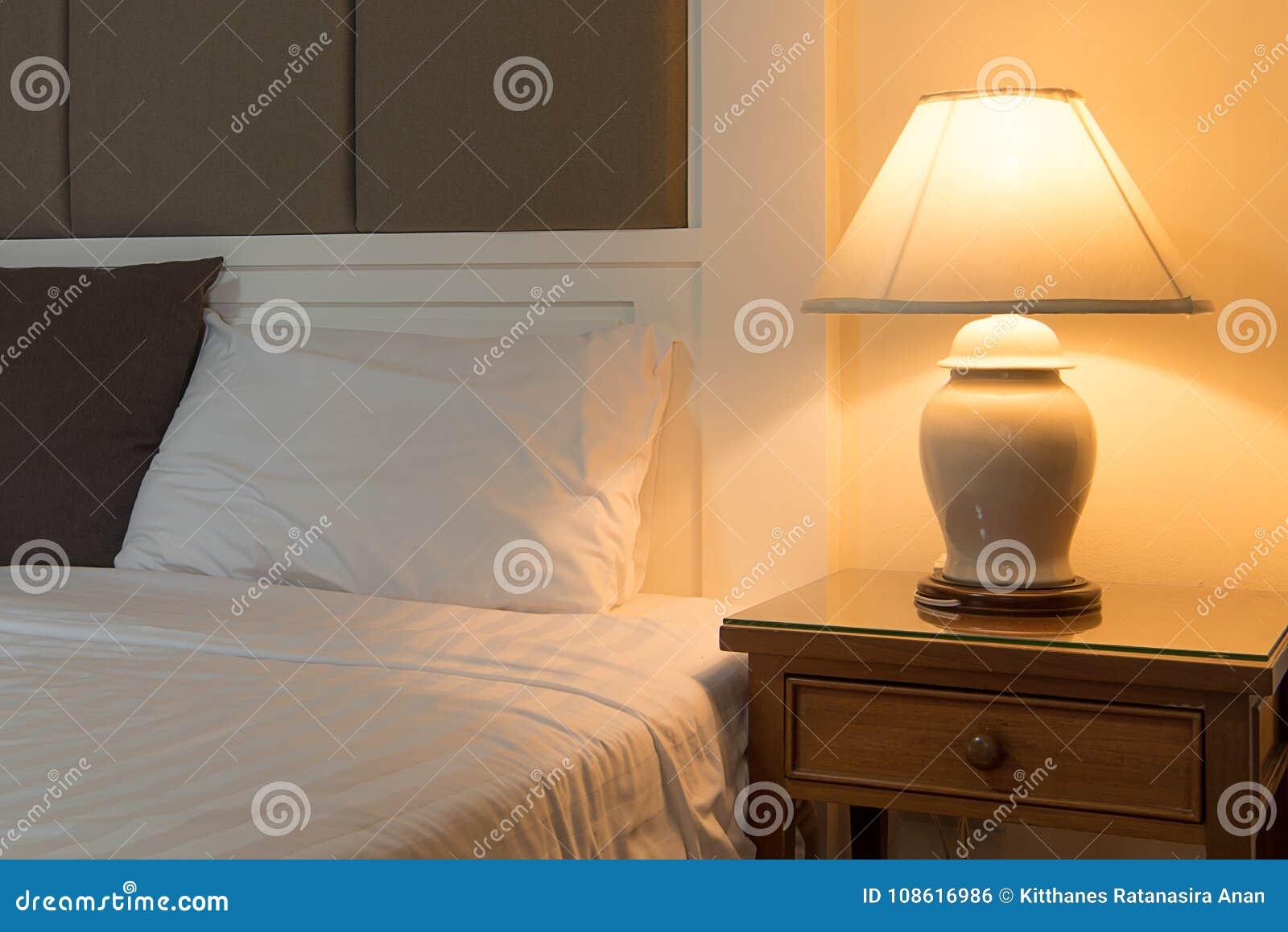 Une De Table Nuit Côté À Classique Photo Lit Lampe Sur Stock tQdCrshx