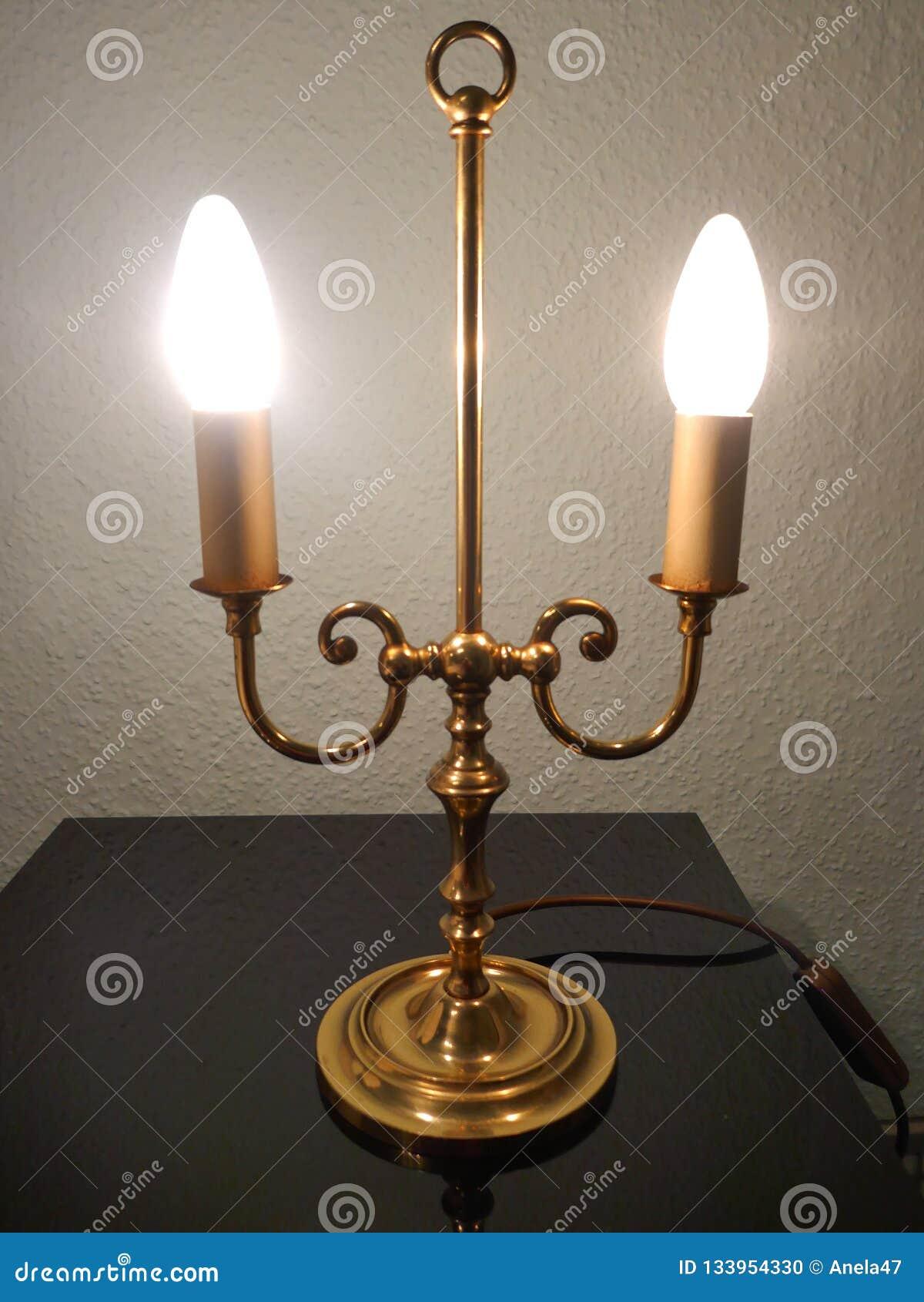 Lampe, Tischlampe, Messing mit den leuchtenden Kerzenlampen, klassisch, elegant, Retrostil
