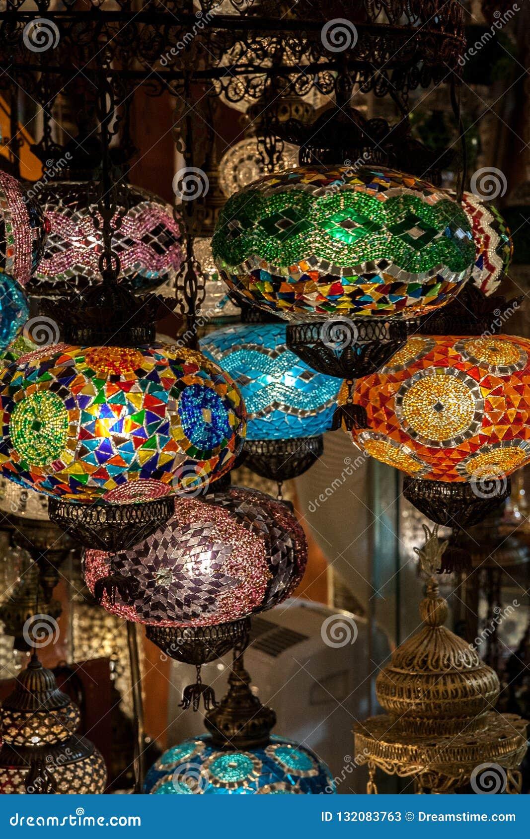 Lampen des mehrfarbigen Glasmosaiks im Straßenmarkt in Istanbul, die Türkei