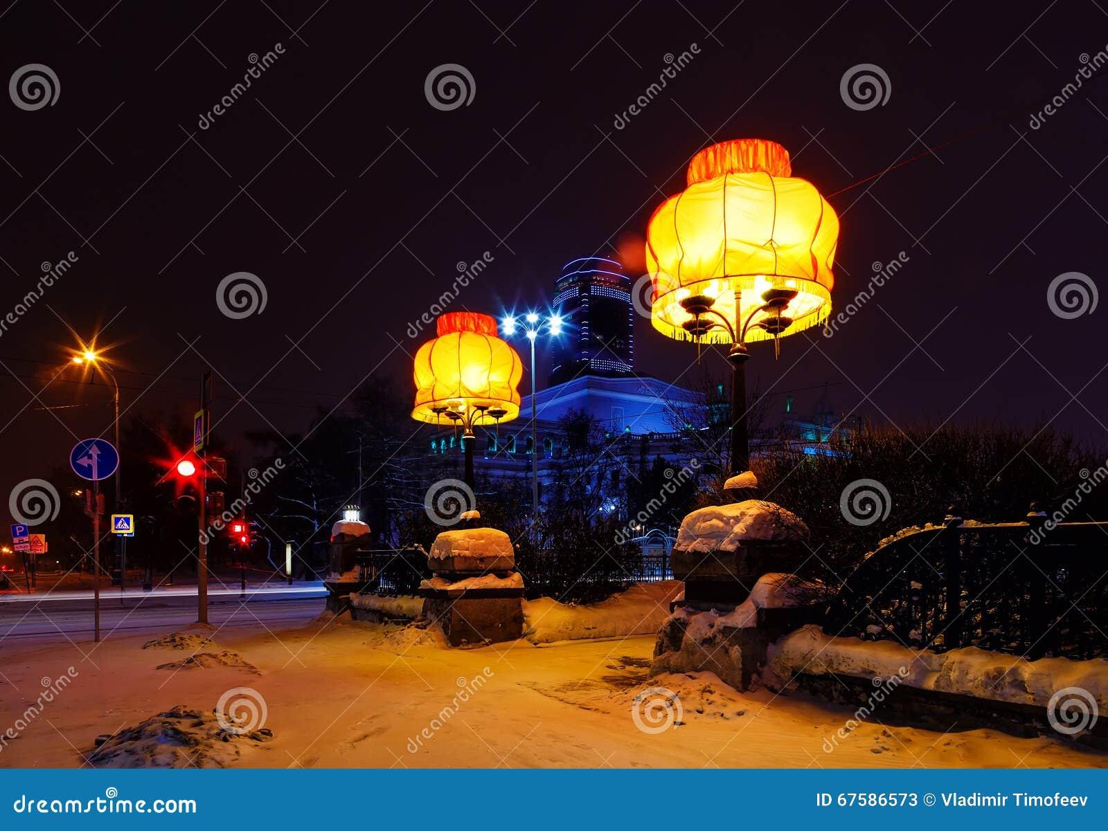 Lampenschirmnacht-Jekaterinburg-Designidee auf der Straße