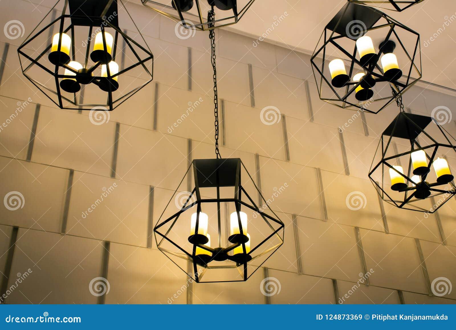 Lampes élégantes métalliques modernes de plafond de coup avec le beau fond de mur