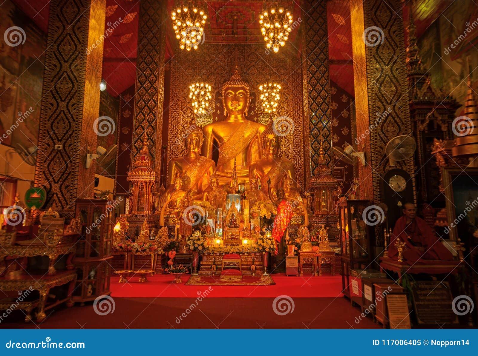 Lamphun, Thailand - 20. Mai 2018: Goldene Buddha-Statuen innerhalb des buddhistischen Schongebiets von Wat Phra That Hariphunchai