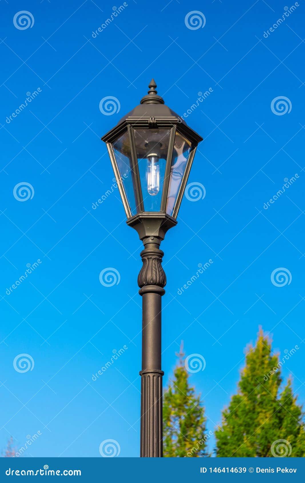 Lampion przeciw niebu