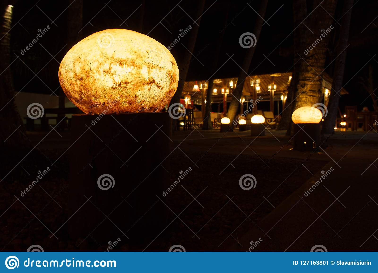 Lampion przy spokojną nocy plaży kawiarnią