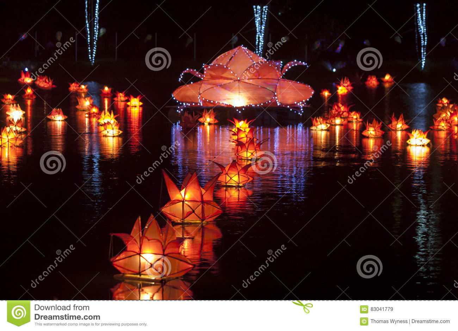 Lampiony unoszą się w stawie w Jaffna w Sri Lanka podczas Vesak festiwalu